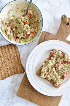 Avocadospread met tonijn voor op brood Avocado Wrap, Healthy Wraps, Low Carb Keto, Bread, Food, Salads, Essen, Breads, Baking