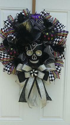 Halloween Door Wreaths, Halloween Deco Mesh, Halloween Skull, Halloween Party Decor, Diy Party Decorations, Wreaths For Front Door, Diy Halloween, Wreath Ideas, Diy Wreath