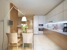 Los muebles superiores blancos de la cocina se han combinado perfectamente con los muebles inferiores de color natural de la madera (ver fotos de la sala para tener una mejor idea del conjunto)
