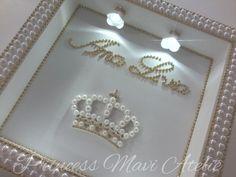 PORTA DE MATERNIDADE COM COROA E PEROLAS Shadow Box, Decoupage, Pearl Necklace, Goodies, Fancy, Frames, Prince, Wedding, Autumn