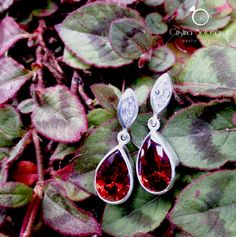 GLAMOUR! Aretes elaborados a mano en plata esterlina con gemas en tono rojo granate y blanco. Sterling silver handmade earrings with red garnet and white gemstone colors.