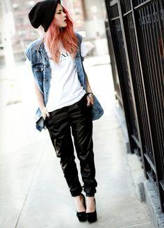 tenue swag femme pantalon noir et chemise denim