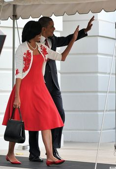 I love the Obamas. And I just love Michelle's little frame purse. I wonder if it's vintage.