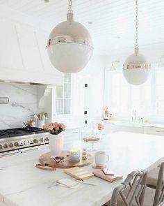 Marbre blanc or doré cuisine kitcen table déjeuner  Via Archi-Art