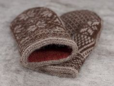 ahh these might be next on the list. Traditional lined knit Norwegian mittens. So beautiful.