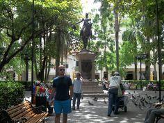 """En 1896 se instaló la estatua ecuestre de El Libertador Simón Bolívar y desde entonces pasó a llamarse """"Plaza de Bolívar"""". La escultura fue modelada en Múnich por el escultor venezolano Eloy Palacios, esta hecha en bronce y su pedestal es de granito de Finlandia."""