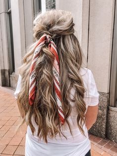 Long messy hair and a scarf Cute Prom Hairstyles, Scarf Hairstyles, Everyday Hairstyles, Messy Hairstyles, Love Hair, My Hair, Long Messy Hair, Simple Prom Hair, Natural Wavy Hair