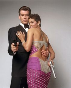 James Bond Girl Halle Berry and Pierce Brosnan in Die Another Day Style James Bond, James Bond Women, Halle Berry Hot, Pierce Brosnan, James Bond Movies, Silvester Party, Beautiful Celebrities, Belle Photo, Movie Stars