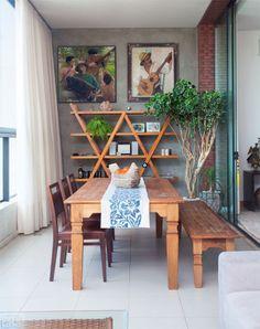 """""""Usar cadeiras em uma lateral da mesa e banco na outra é moderno e versátil"""", afirma a arquiteta Marcia Meccia. Como esse último é baixo e fica no lado mais próximo da sala de TV, ainda permite a interação entre os espaços."""