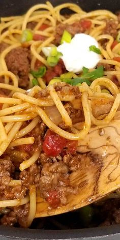 Taco Spaghetti Recipe - Quick easy and full of flavor, that's what I like for a busy weeknight dinner, and this Taco Spaghetti recipe comes together in under 30 minutes. the perfect no fuss, quick clean up dinner. #dinnerideas #spaghettinight #easydinner