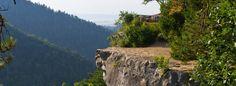 Tomášovský výhľad je fascinujúci prírodný útvar. Je z neho výhľad do doliny Bieleho potoka, na Prielom Hornádu, v pozadí panoráma tatranských končiarov
