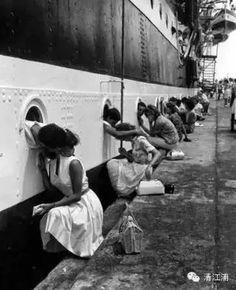 剛 剛 結 束 第 二 次 世 界 大 戰 14年 後 的 越 南 戰 爭。 1963年 拍 攝 的 這 張 凄 美 又 令 人 心 碎 的 照 片, 這 些 士 兵 離 開 自 己 的 國 家 和 他 們 的 親 人。