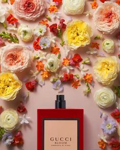 Gucci Gucci Bloom Ambrosia di Fiori Eau de Parfum Intense For Her: The new Gucci Bloom Ambrosia di Fiori fragrance invites those who wear it to celebrate their true selves and the emotions they feel. Matching this expression, the perfume is deepened in a refined eau de parfum intense. The vibrant bouquet features: jasmine bud, tuberose, Rangoon creeper, damascene rose, and velvety orris.