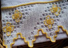 Pano de prato em tecido 100% algodão (sacaria) e barrado de crochê com aplicação de flores. Pronto para bordar ou pintar.