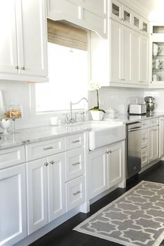 Adorable 69 Luxury White Cottage Kitchen Cabinets Ideas https://lovelyving.com/2017/12/26/69-luxury-white-cottage-kitchen-cabinets-ideas/