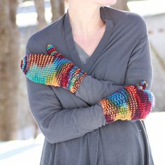 Free knitting pattern for these colorful mittens