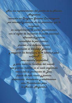 Preámbulo de la Constitución Argentina, y de fondo la Bandera Nacional creada por el Gral Belgrano.