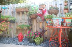 15 Fence Planters That'll Have You Loving Your Privacy Fence Again Cheap Garden Fencing, Garden Gates, Garden Fence Art, Garden Beds, Concrete Fence, Bamboo Fence, Brick Fence, Cedar Fence, Front Yard Fence