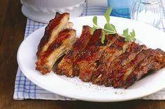 Le costine di maiale al forno sono incredibilmente buone e quasi si preparano da sole, prevedono solo una lunga marinatura e il gioco è quasi fatto.