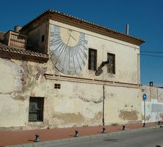 Edificio con reloj de sol en el Cabanyal. Valencia  (FOTO: Tonogayora , 2007  en  Flickr) Sundial, Over The Rainbow, Where To Go, Trip Planning, Porches, Spain, Old Things, Explore, Architecture