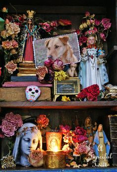 Dios de los muertos - The Day of the Dead altar. Samhain, Tableaux D'inspiration, Kitsch, Day Of The Dead Party, Madonna, All Souls Day, Mexican Holiday, Home Altar, All Saints Day