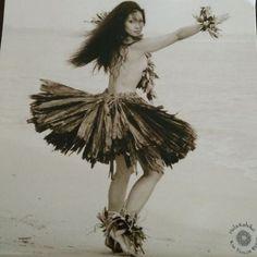 Pinterest • The world's catalog Hawaiian Girl Tattoos, Hula Girl Tattoos, Hawaiian Girls, Hawaiian Dancers, Hawaiian Tiki, Polynesian Girls, Polynesian Dance, Polynesian Culture, Polynesian People