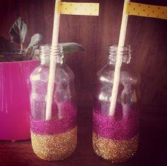 Garrafinhas de vidro com glitter e laço de cetim #papelcomdesign #papelariapersonalizada #festaspersonalizadas #lembrancinhas #festainfantil #fbelaeafera #especialgifts #lembrancinhaspersonalizadas