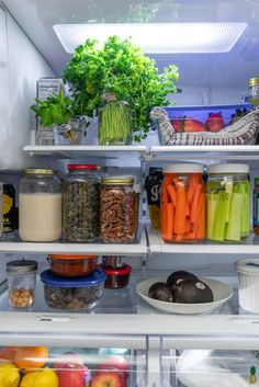 vegan Low waste Learn how to store produce more efficiently and help it last longer in the refrigerator! Plus, you get a peek into Sweet Simple Vegans vegan fridge. Whole Food Recipes, Vegan Recipes, Cooking Tips, Cooking Recipes, Fridge Storage, Kitchen Storage, Fridge Organization, Kitchen Hacks, Clean Eating