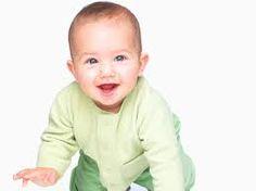 El bebe tiene los pequeno manos. El es joven. Lleva verde. El es bastante lindo.
