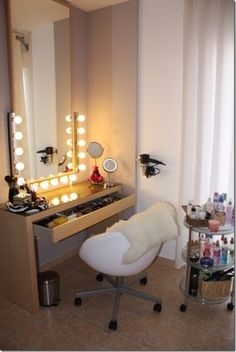 Few vanity table ideas can sure improve not only your mornings but your entire day as well. You may either install a ready-made vanity table Corner Makeup Vanity, Diy Vanity, Vanity Ideas, Teen Vanity, Mirror Vanity, Mirror Ideas, Mirror Set, Wall Mirror, Vanity Room
