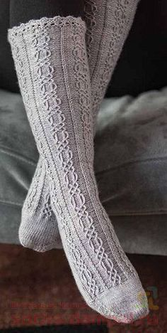 The Knitter - - 2017 Cable Knit Socks, Wool Socks, My Socks, Knee Socks, Knitting Socks, Hand Knitting, Knitting Patterns, Cosy Outfit, Stocking Tights