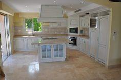 Top cucina in marmo, piastrelle in gres porcellanato, pavimento in travertino - stile classico, colori della terra, isola centrale