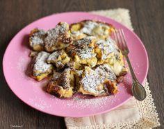 """Il Kaiserschmarren (dal tedesco Kaiser - """"Imperatore"""", e Schmarr(e)n - """"Frittata dolce"""", letteralmente """"stupidaggini"""") è uno dei più famosi dolci austriaci, diffuso in tutta l'area dell'ex Impero Austro-Ungarico. Si tratta di una spessa crêpe tagliata in pezzi, che viene cosparsa di zucchero a velo e servita con marmellata di ribes, di mirtilli o salsa di mele. Narra la leggenda che, una sera, l'imperatore Francesco Giuseppe, non avendo tempo di partecipare al solito pranzo serale, avesse…"""