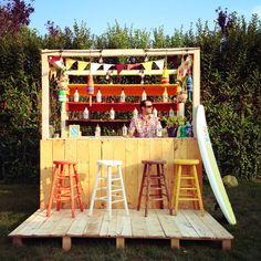 Garden bar? Yes please  Amazing stools surf bar