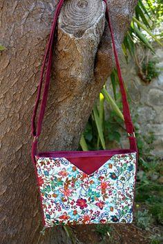 Sac Mambo fleuri suédine prune de Lucile - Patron sac Sacôtin