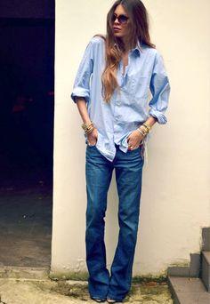 Jean flare + chemise masculine + bracelet doré = le bon mix (photo Maja Wyh)