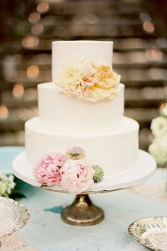 Simple white cake decorated with delicately coloured blooms, so gorgeous :)