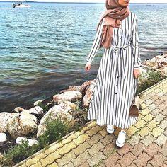 striped open dress-Hijab fashion and style – Just Trendy Girls Modern Hijab Fashion, Modesty Fashion, Muslim Fashion, Abaya Fashion, Fashion Outfits, Modest Dresses, Modest Outfits, Mode Abaya, Hijab Fashionista
