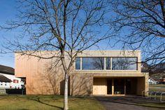 Kindergarten, Muntlix, Hein Architekten, Holzfassade, Farbe, Lehmboden, Ansicht Style At Home, Cabin, Mansions, House Styles, Kindergarten, Image, Home Decor, Houses, Clay Soil