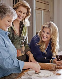 Country singer Trisha Yearwood gathers the family at her Nashville home for a little Southern comfort and a lot of Thanksgiving favorites. Trisha Yearwood Cookbook, Trish Yearwood Recipes, How To Make Biscuits, Making Biscuits, Rock Music Quotes, Sara Bareilles, Garth Brooks, Family Thanksgiving, Before Us