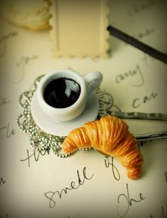 a Croissant & an Espresso in a little Cafe in Paris. Fimo Clay, Polymer Clay Projects, Polymer Clay Charms, Polymer Clay Art, Polymer Clay Jewelry, Clay Crafts, Tiny Food, Mini Things, Miniature Food