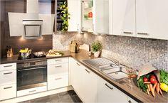 Fliesen im Kleinstformat – Mosaikfliesen eignen sich perfekt als Alternative zum herkömmlichen Fliesenspiegel und lassen die Küche strahlen.