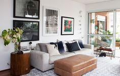 Na sala de estar do arquiteto Alexandre Skaff, o ar moderno ganha algumas quebras com o toque verde das plantas e com a mesinha de canto, que traz a madeira para o ambiente
