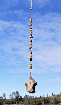Eines der Mobiles aus der Serie Terra ocre. Mobiles in den Gelb- und Brauntönen. Farben, die nach Feng-Shui dem Element Erde zugeordnet werden. Mit Liebe gesammelt und mit ausgewählten Glas- und Holzperlen sowie echten Schmucksteinen zu edlen Deko-Objekten arrangiert.