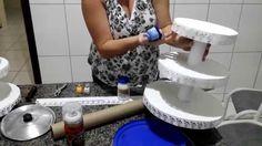Aprenda a fazer uma bandeja estilo provençal de material reutilizável: papelão, cartolina e cones de rolos de papel alumínio ou de tecidos. Super fácil e bar...