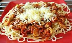 Vsetko si pekne nakrajame, cize cibulku na drobno, susene paradajky na pasiky, olivy na kruzky, samp. Penne, Pasta, Gnocchi, Spaghetti, Food And Drink, Ethnic Recipes, Fit, Recipes, Pork