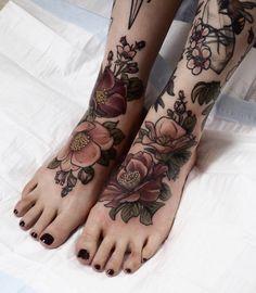 Stunning Foot Tattoo Designs To Conquer Your Heart – Cute Hostess For Modern Women – foot tattoos for women flowers Tattoos Bein, Body Art Tattoos, Sleeve Tattoos, Nature Tattoos, Quote Tattoos, Botanisches Tattoo, Tattoo Son, Tattoo Feet, Ankle Tattoo