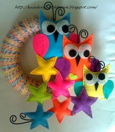 Owls & stars wreath Diy Craft Projects, Projects To Try, Diy For Kids, Crafts For Kids, Felt Christmas, Christmas Ornaments, Owl Wreaths, Felt Owls, Owl Crafts
