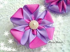 Brazilian Crochet And Handicraft Kanzashi Tutorial, Bow Tutorial, Flower Tutorial, Ribbon Art, Diy Ribbon, Ribbon Crafts, Flower Crafts, Ribbon Bows, Flower Hair Bows