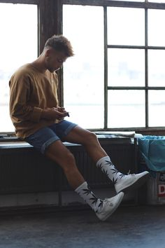 Hipster mens fashion - An Interview with the Most Stlyish Man in Austria Kevin Elezaj, Founder of Sneakers and Baggies – Hipster mens fashion Summer Outfits Men, Stylish Mens Outfits, Casual Outfits, Men Casual, Casual Winter, Men Summer Style, Casual Dresses, Plad Outfits, Grunge Outfits